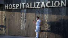 Un sanitario descansa en el exterior del Hospital Universitario Central de Asturias (HUCA)
