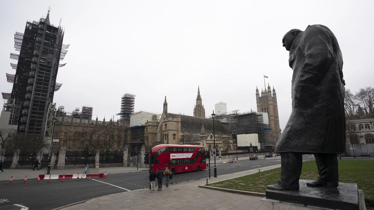 Una estatura de Churchill frenta al Parlamento de Westminster