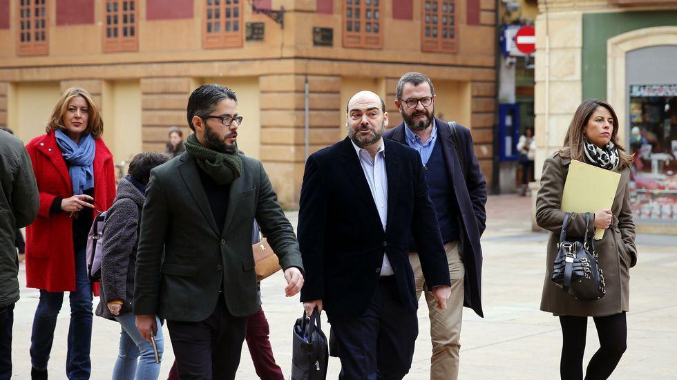 El Movimiento Vecinal Villa Magdalena inicia su campaña.Rubén Rosón se dirige a Agustín Iglesias Caunedo, al término de un pleno de Oviedo