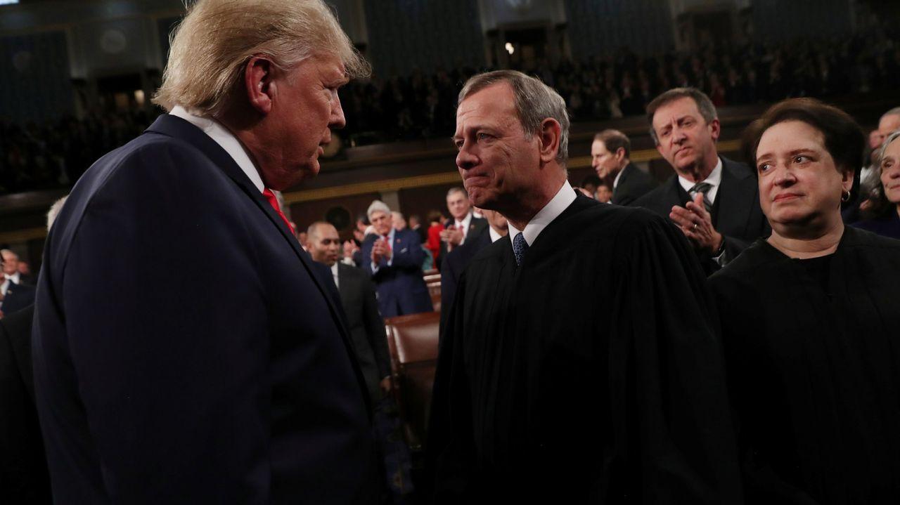 Trump saluda al presidente del Tribunal Supremo, John Roberts,  durante su discurso de la Unión en el 2020