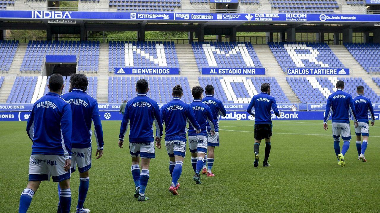 Real Oviedo Mirandes Carlos Tartiere.Los futbolistas del Real Oviedo saltan al césped del Carlos Tartiere