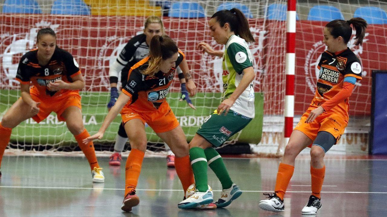 Siete futbolistas brasileñas comparten vestuario en Burela.El Envialia jugó con su equipación feminista, de color morado y con los  nombres de las madres de las jugadoras en el dorsal