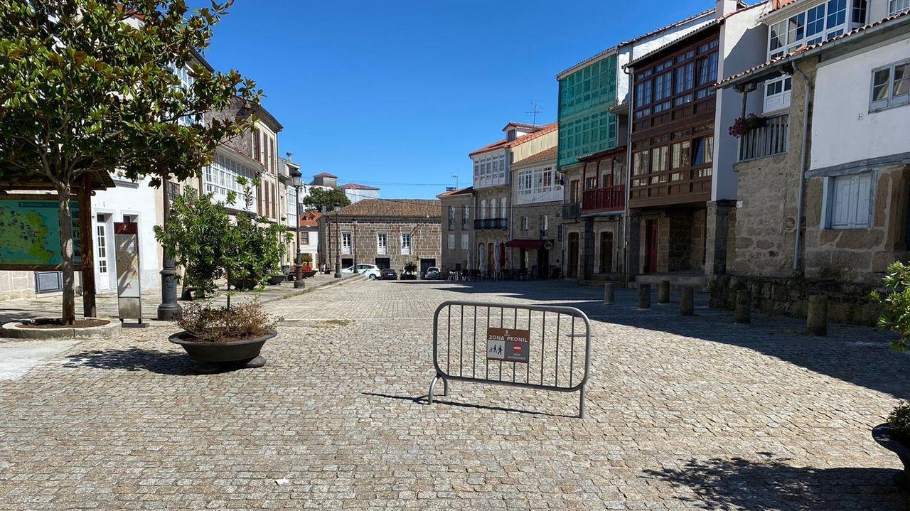 Una barrera con un letrero en la plaza del Cantón señala que este espacio será de carácter peatonal