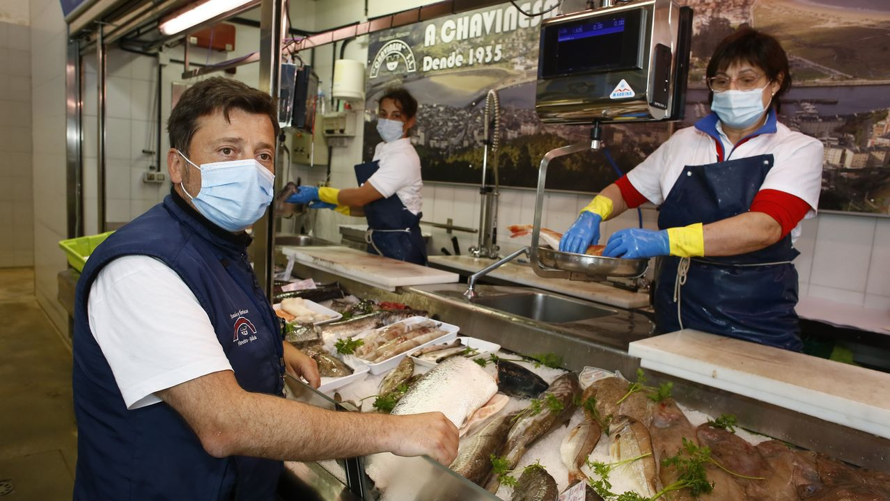 Kiko Lage, en los puestos de la plaza de abastos de Viveiro, donde Chavinesa vende una pequeña parte del millón de kilos de productos del mar frescos que distribuye al año en España y Portugal