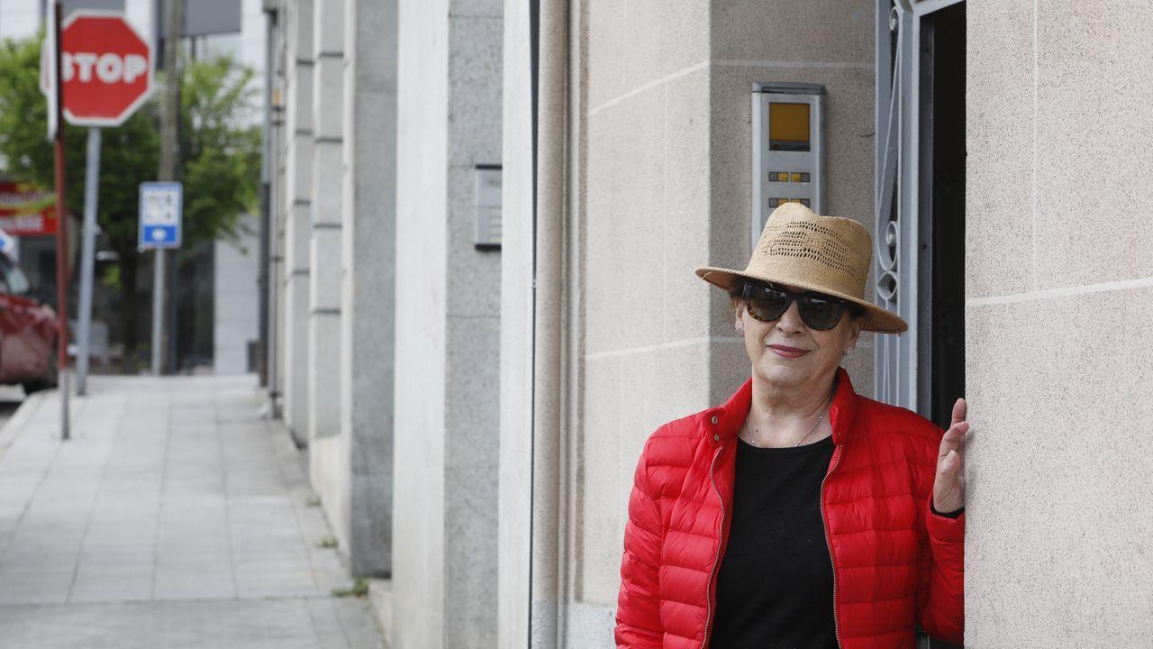 Mercedes Fernández, en el portal de su casa en Ourense