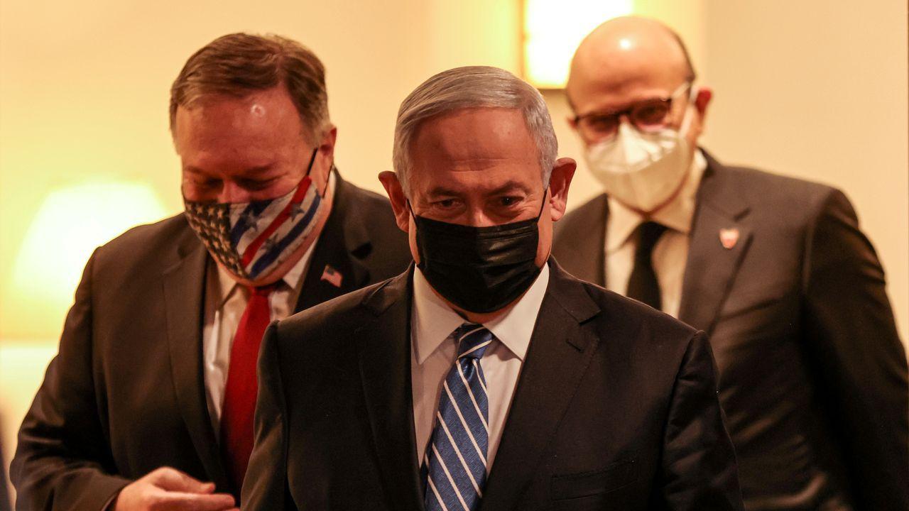 Mike Pompeo, secretario de Estado de EE.UU, Netanyahu, en el centro, y el embajador de Baharein en Jesusalem, Rashid Al Zayani