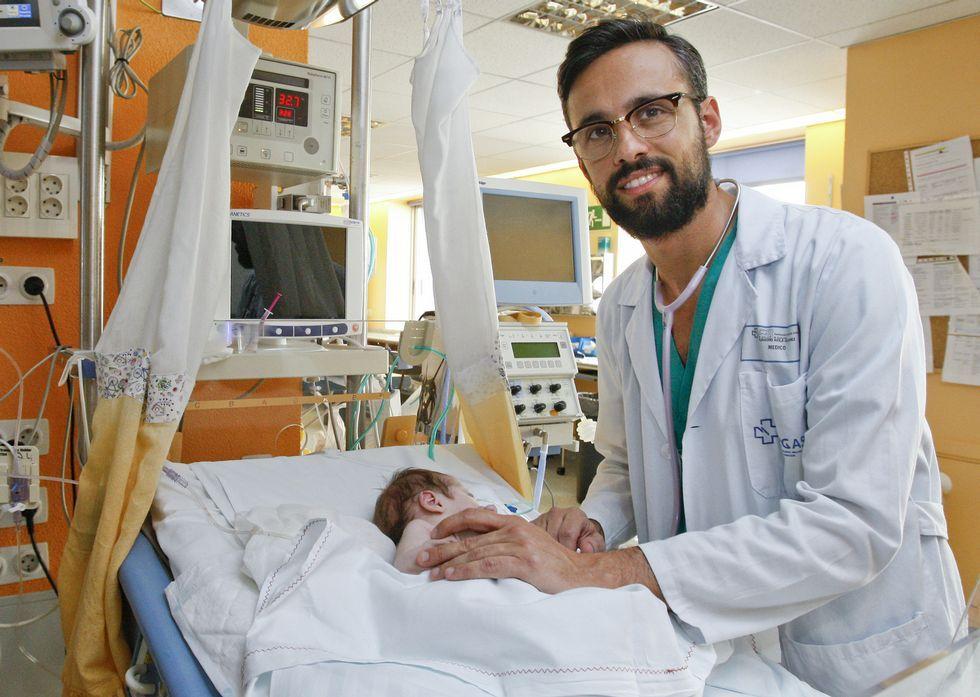 Alejandro Ávila-Álvarez, hai tan só uns días, na unidade na que traballa no Chuac Coruñés.