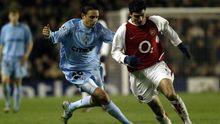 Reyes, con el Arsenal, disputando un partido de la UEFA contra el Celta