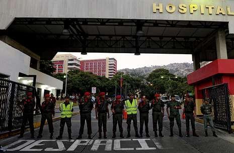 Militares de la guardia presidencial custodian el hospital de Caracas donde está Chávez.