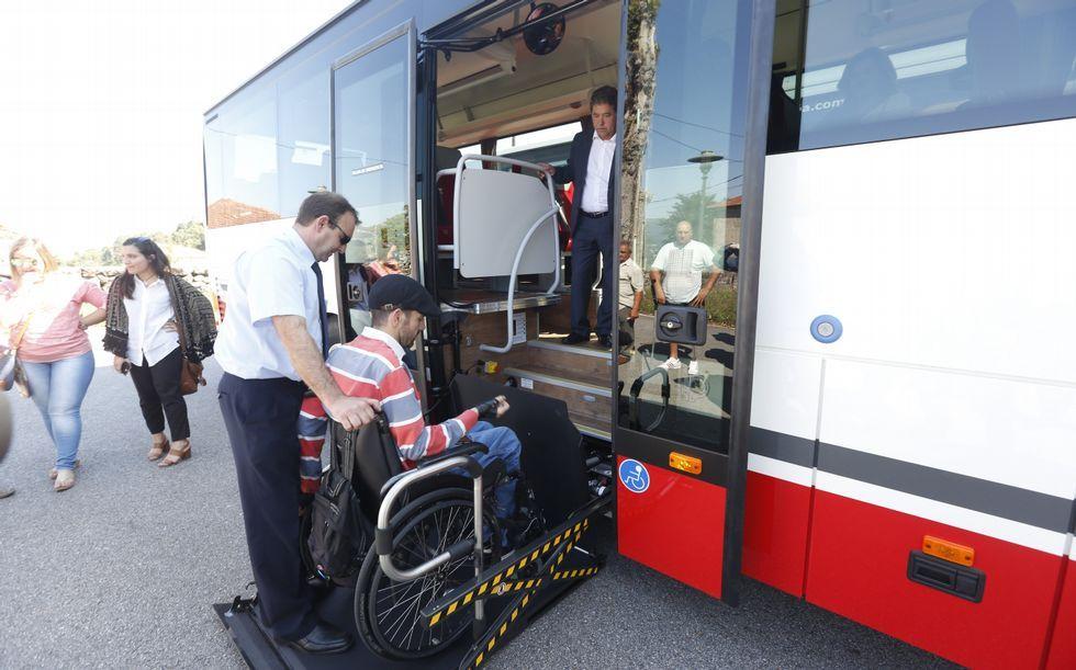 Paulo Fontán, de Amizade, probó los nuevos autobuses accesibles presentados ayer en Salcedo.
