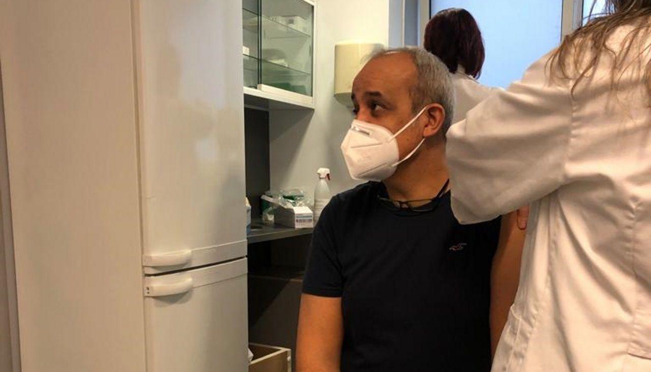 Manuel Antonio Fernández, profesor del centro educativo de Montirón, recibe la primera dosis en el HULA