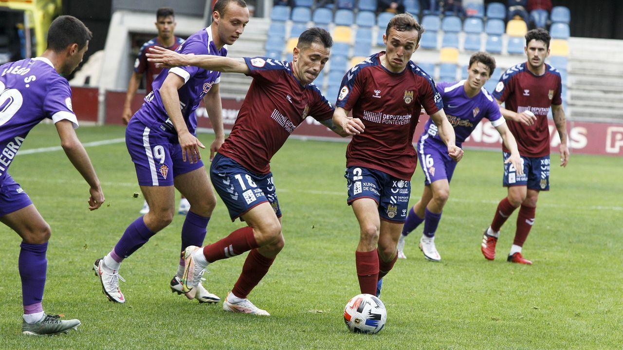 Las imágenes del partido entre el Pontevedra y el Lealtad.Los jugadores del Vetusta, antes de un encuentro