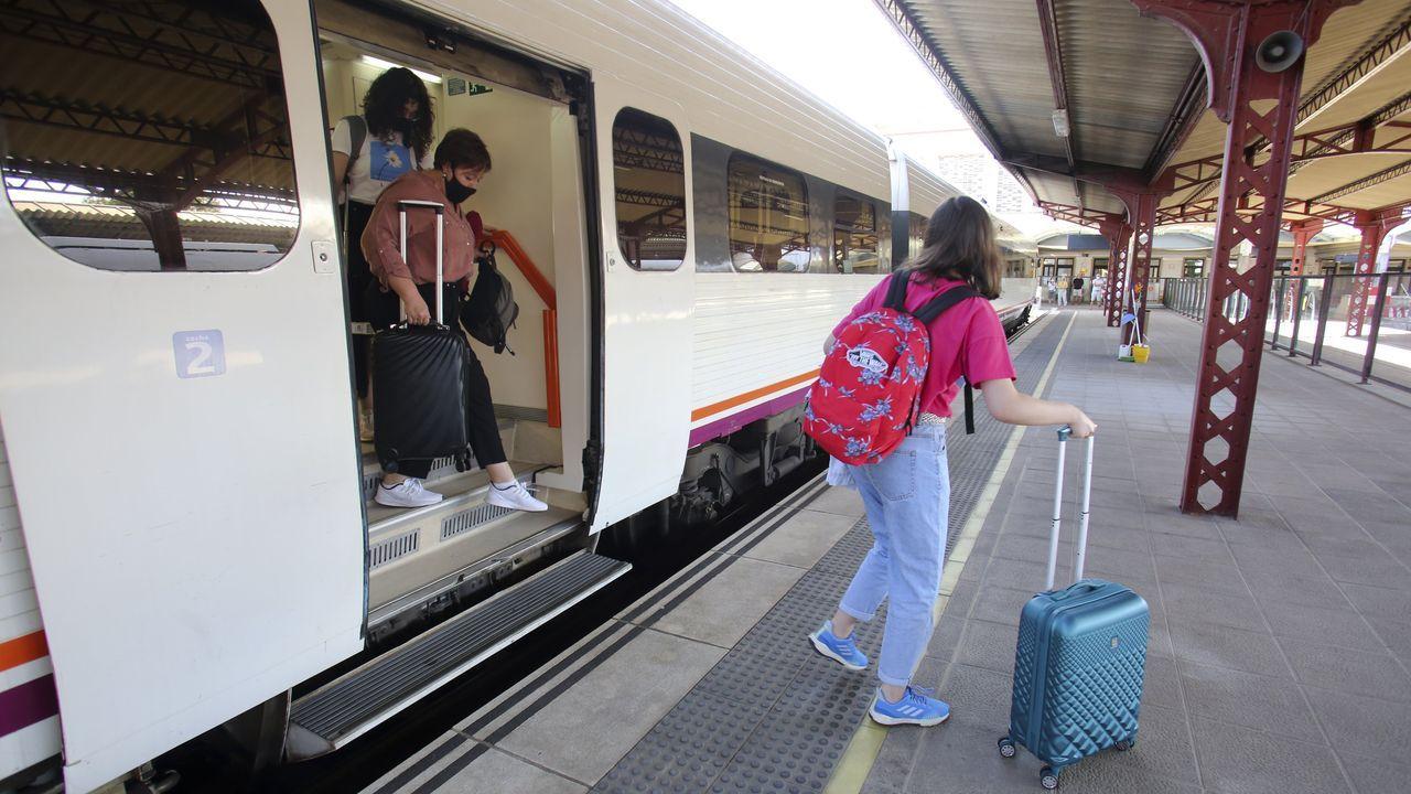 Llegada a la estación de Ferrol del tren procedente de A Coruña