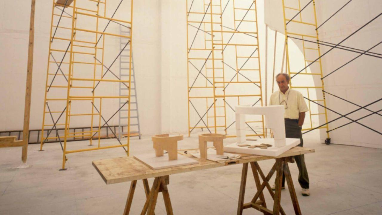 Eduardo Chillida con maquetas a distintas escalas del «Elogio del horizonte»