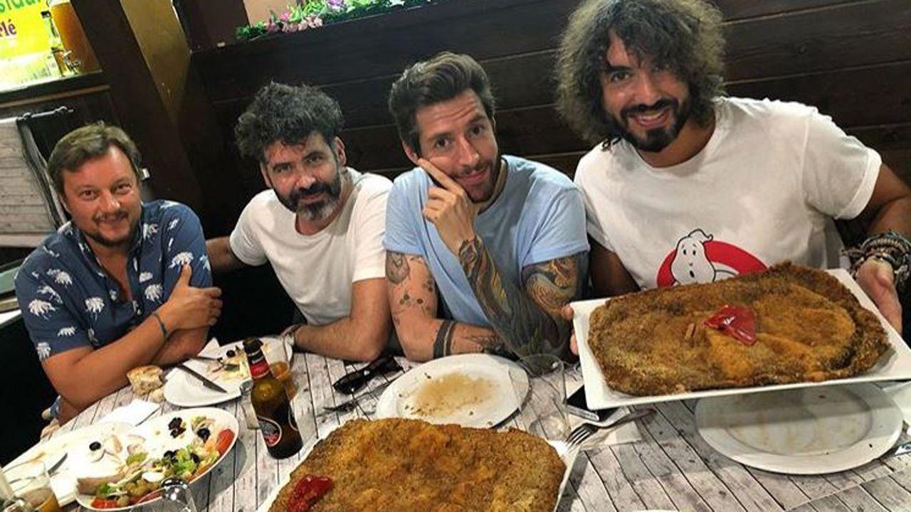 Los miembros de Izal comiendo cachopo en Asturias