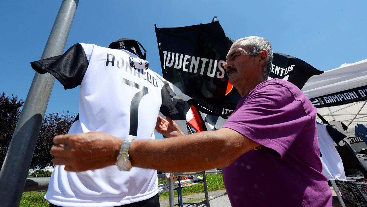 Un hombre coloca a la venta una camiseta de la Juve con el dorsal de Cristiano