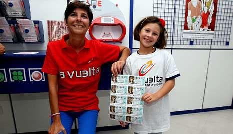 Isabel Castellón con la pequeña Laura y los décimos de La Vuelta.