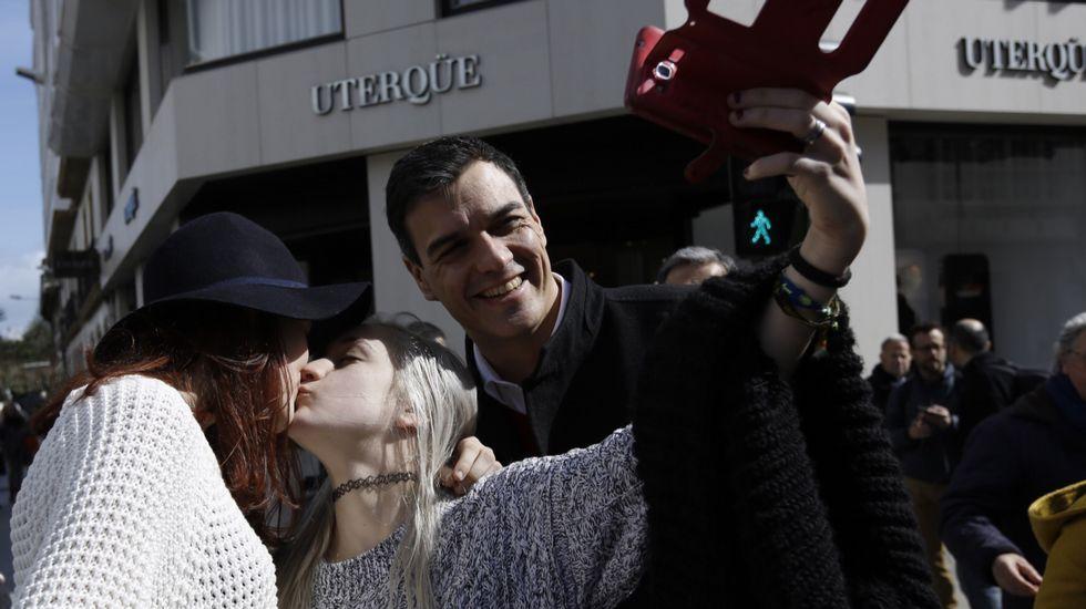 Pedro Sanchez, en su visita coruñesa.Besteiro reiteró ayer en Santiago su confianza en la «inocencia» de la alcaldesa viveirense.