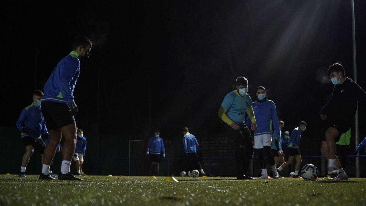 Futbolistas del equipo juvenil del EFM Boiro, durante una sesión de diciembre
