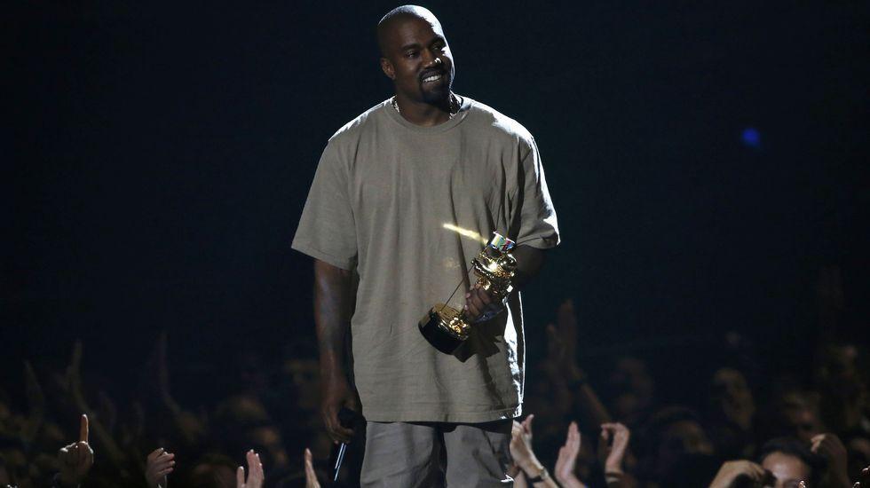 Kanye West recibe su premio en la gala