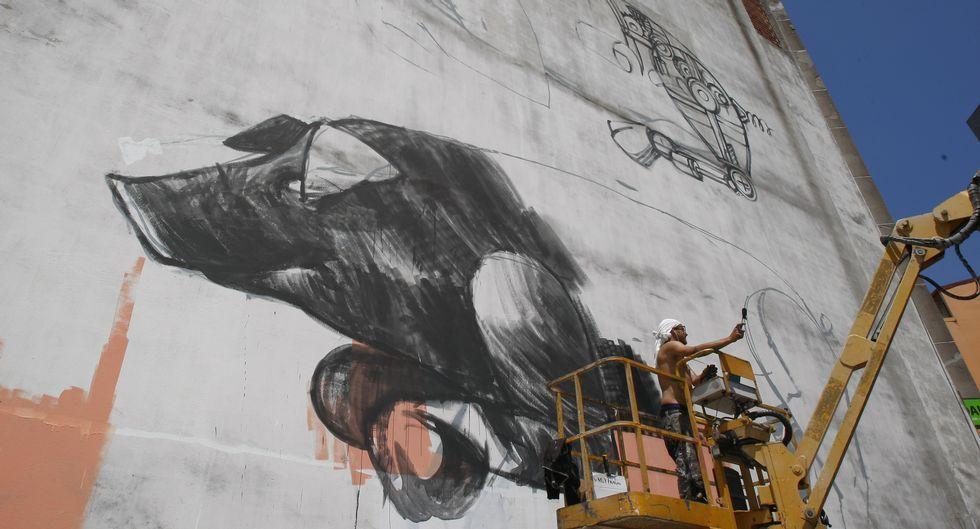 Pixel Pancho, ayer al mediodía, trabajando en uno de los cerdos de su mural de la calle Gran Vía.