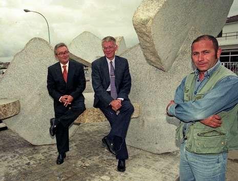 Pérez Varela, Rivera y Paz recién instalada la escultura, en 1997.