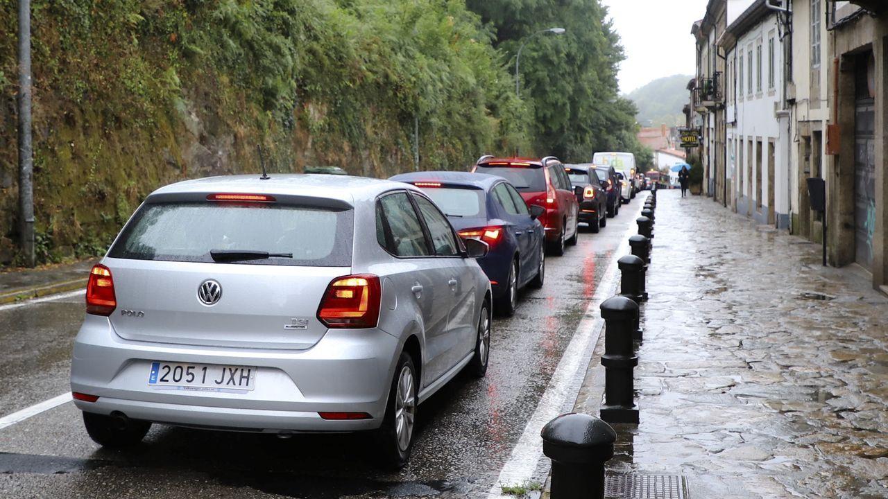 Nueva jornada de lluvia y atascos en Compostela, dado el elevado número de turistas que por los chubascos se han desplazado a la capital gallega