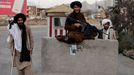 Un soldado talibán sonríe desde su puesto de guardia en Kabul