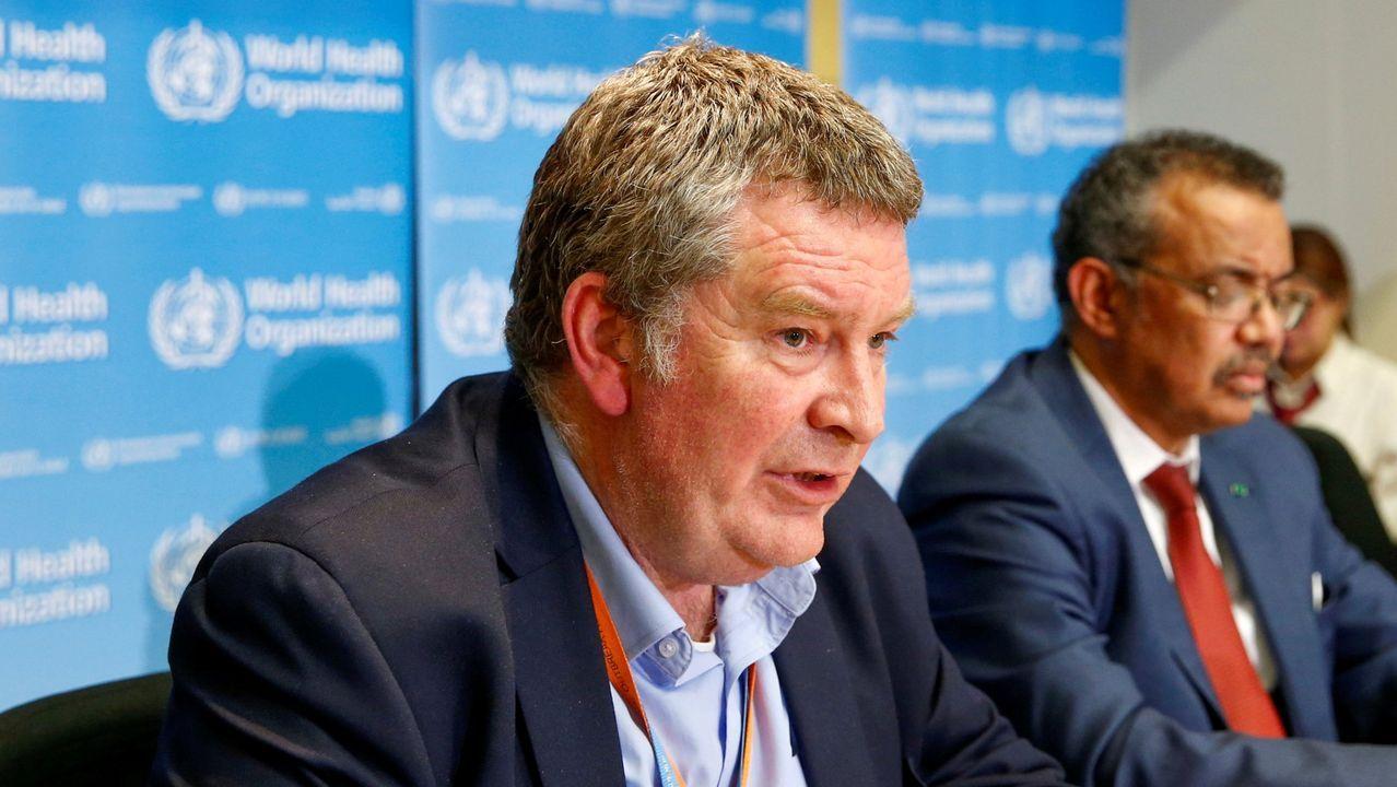 Mike Ryan , en primer plano, en una conferencia de la OMS