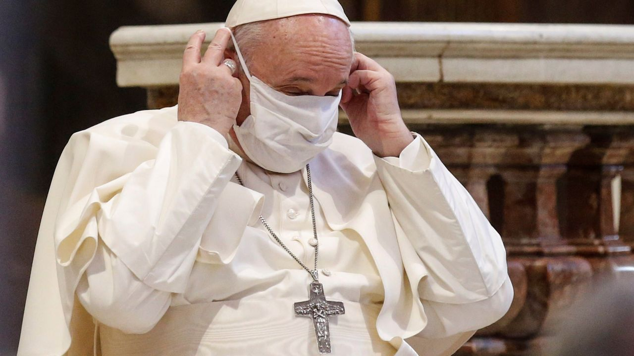 El papa Francisco se coloca una mascarilla en un acto celebrado el 20 de octubre en Roma