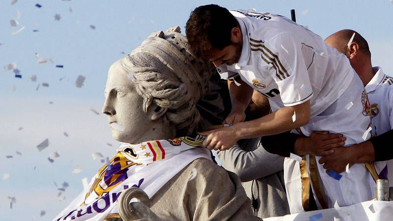 El Real Madrid celebra el título de Liga en Cibeles.Don Quijote de la Mancha culmina su aventura en la playa de Barcelona