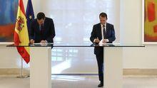 Pedro Sánchez y Abel Caballero firmando el acuerdo este martes en La Moncloa