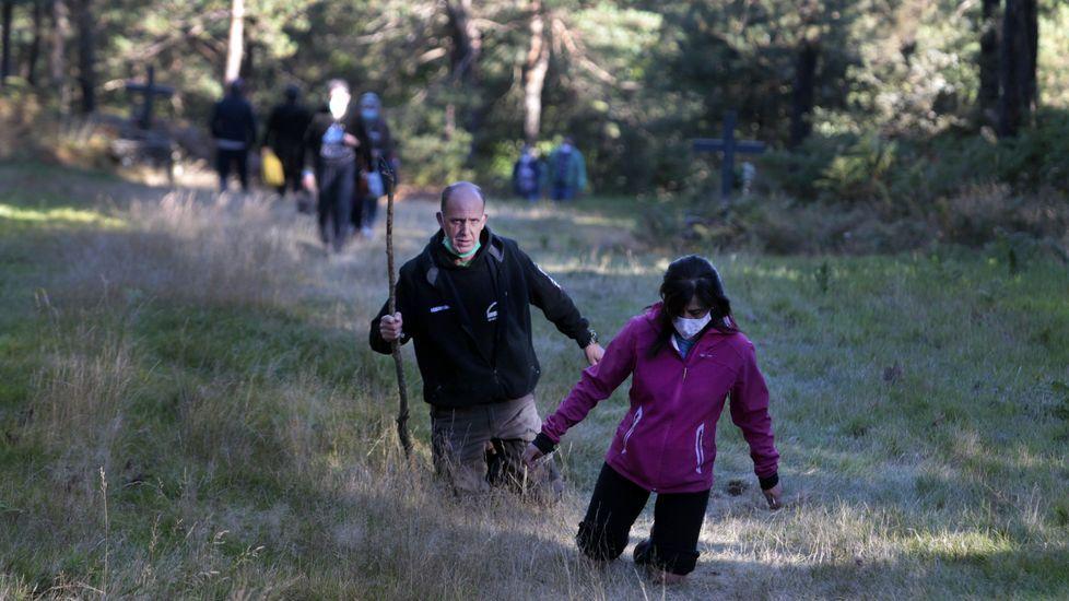 El sendero que muchos hacen de rodillas es una cuesta de trescientos metros de largo jalonada con catorce cruces