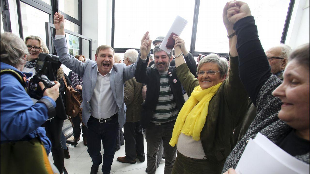 Celebraciones tras la moción de censura en Fene