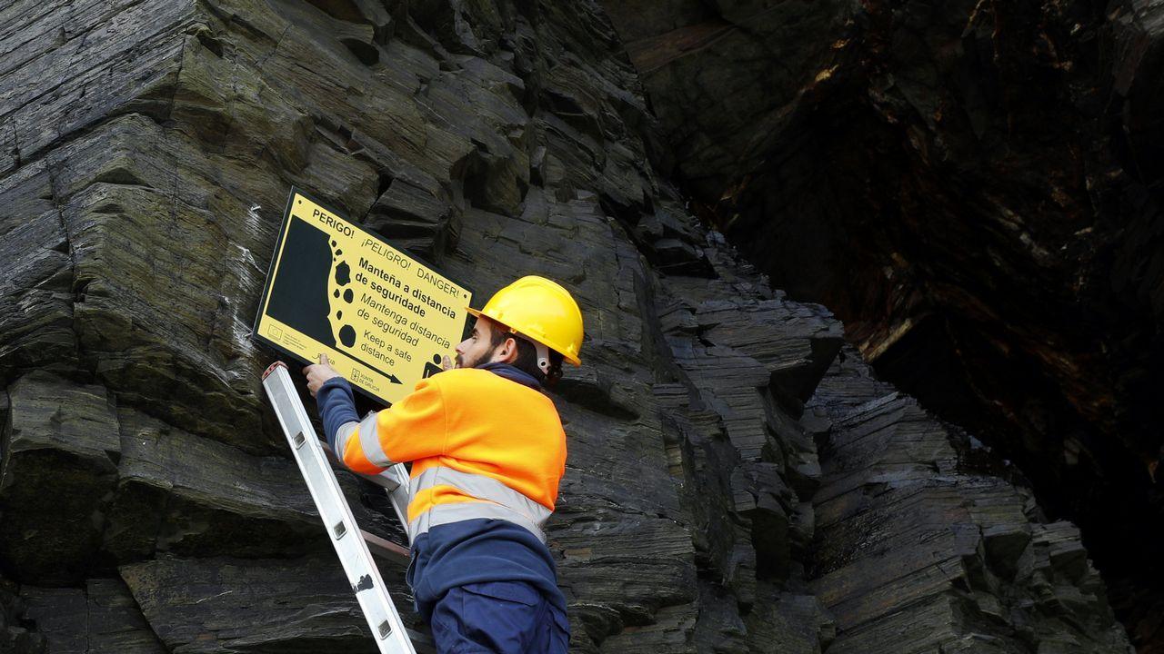 Instalan carteles de advertencia en As Catedrais.Colocación de las señales de peligro en las cuevas de la playa de As Catedrais.