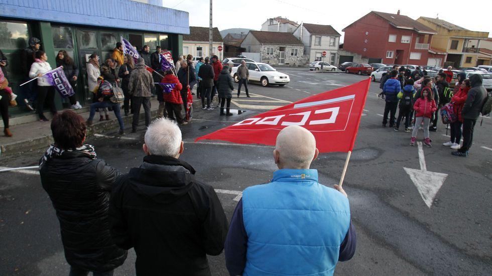 Mariñanos en FITUR.Concentración de protesta frente a la piscina por los impagos a los trabajadores