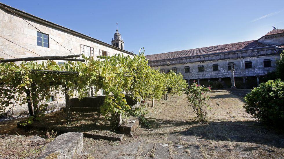 Entramos en el convento de clausura de Santa Clara.Los centros de salud, en la imagen el Virxe Peregrina de Pontevedra, mantienen los circuitos anticovid
