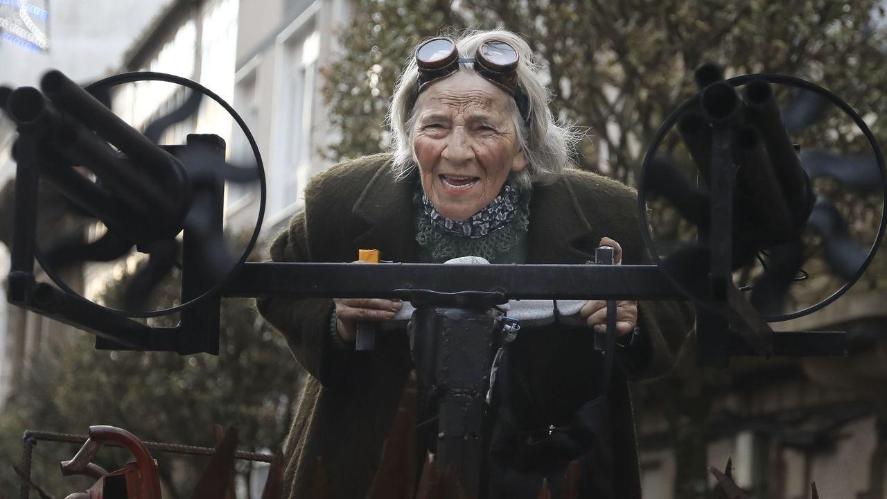 Consuelo Martínez, reina Mad Max del carnaval a sus casi 70 años.Mercedes Vázquez y la edila de Cultura, Emilia Somoza, inauguraron la exposición en Verín