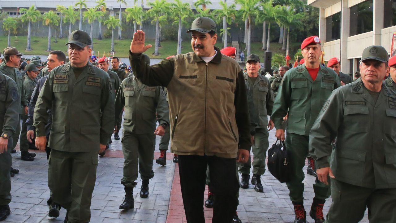 Guaidó: «Espero que la democracia española sea fuerte para hacer frente a la dictadura de Maduro».Nicolás Maduro y Vladimir Padrino, ministro de Defensa, en un acto militar en Caracas