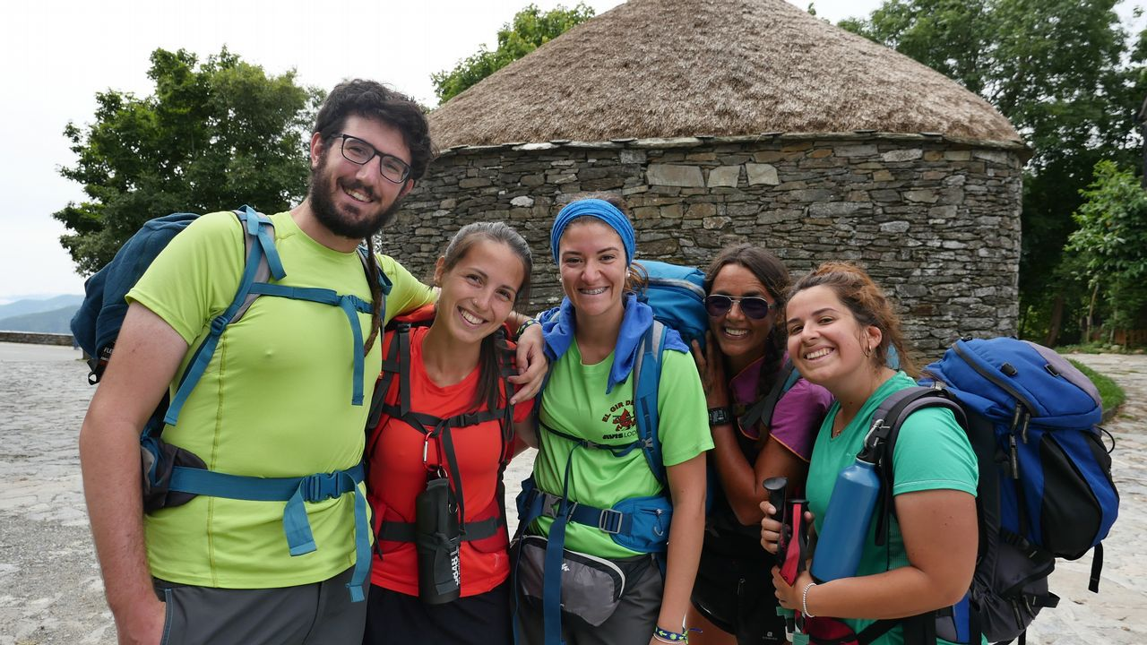 Un grupo de italianos que peregrina hacia Santiago, felices por estar ya en O Cebreiro