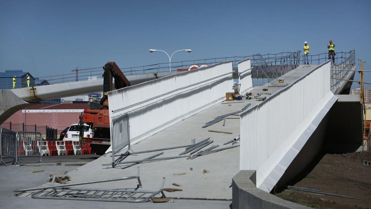 La pasarela de Marineda ya cuenta con sus primeras pisadas.Un viaducto terminado, pero sin vías ni catenaria