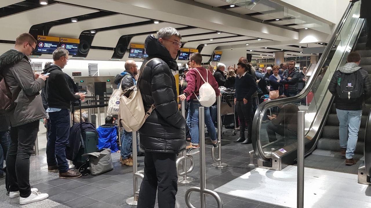 Los afectados: «No es lógico que no nos coloquen en otros vuelos».Un avión de Iberia Express