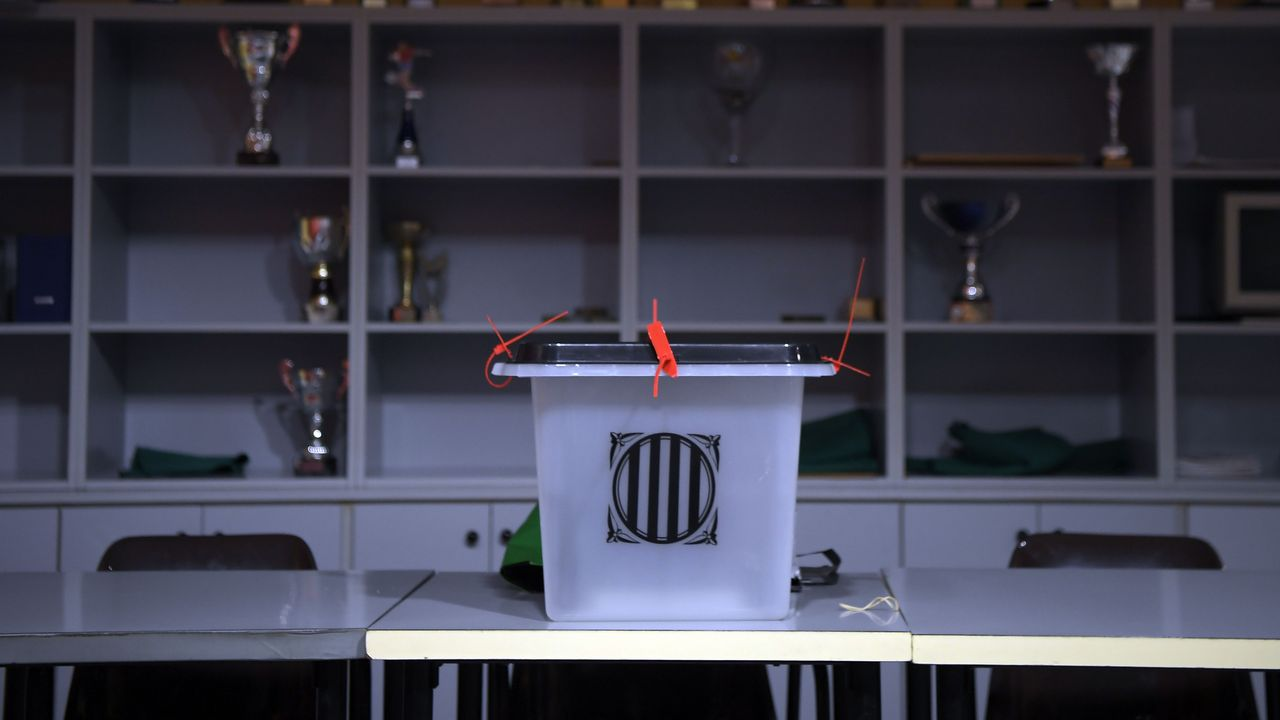 Referendo ilegal en Cataluña. Urna en un centro de votacio´n en Saria de Ter.