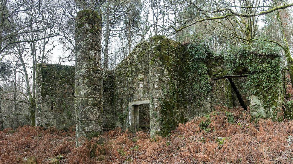 Exterior de la bodega, con la columna del porche que antaño ocupaba la entrada