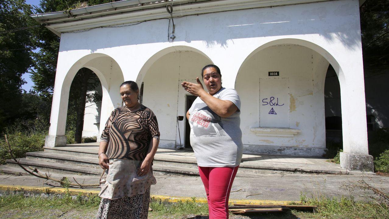 Rodaje delthriller «A Estiba» en el muelle de Ferrol.Fátima Monteiro, a la izquierda, junto a su hija Fernanda, delante de una de las dos edificaciones que la familia ha okupado en Doniños