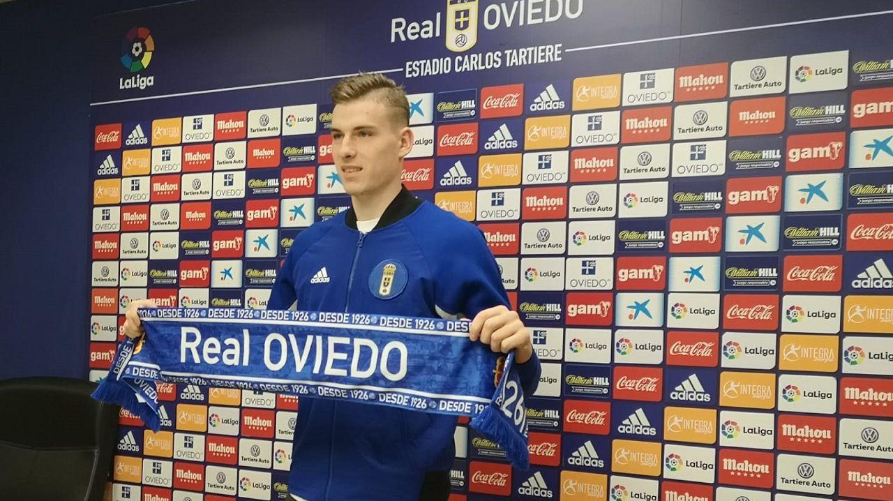 Andriy Lunin con la bufanda del Real Oviedo