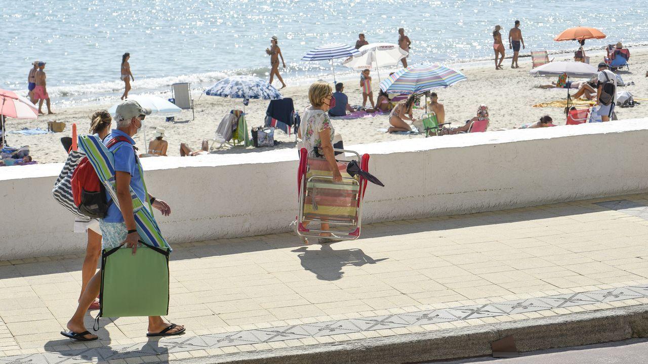 El Porto de Dexo funciona como un perfecto mirador a A Marola.Alfonso Rueda recibe al peregrino número 100.000 en Santiago.
