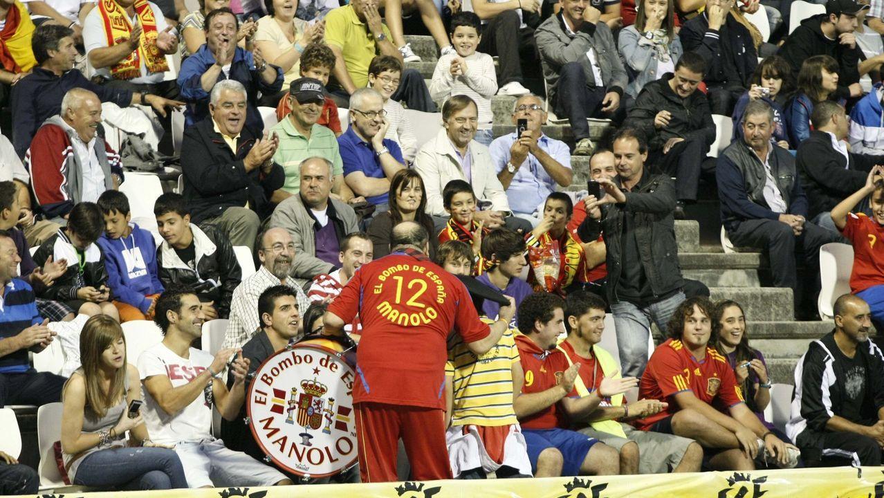 Manolo animando a la selección Sub-21 en el estadio lucense Anxo Carro en un encuentro de clasificación para el europeo entre España y Georgia en 2011