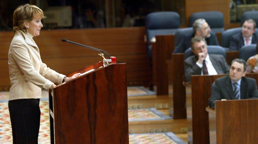 Aguirre, en el 2003, con Simancas al fondo, poco antes de convertirse en presidenta de la comunidad de Madrid tras el «Tamayazo».