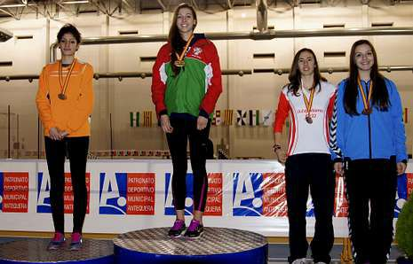 Saleta Fernández, primera a la izquierda, en una entrega de medallas en un campeonato de España